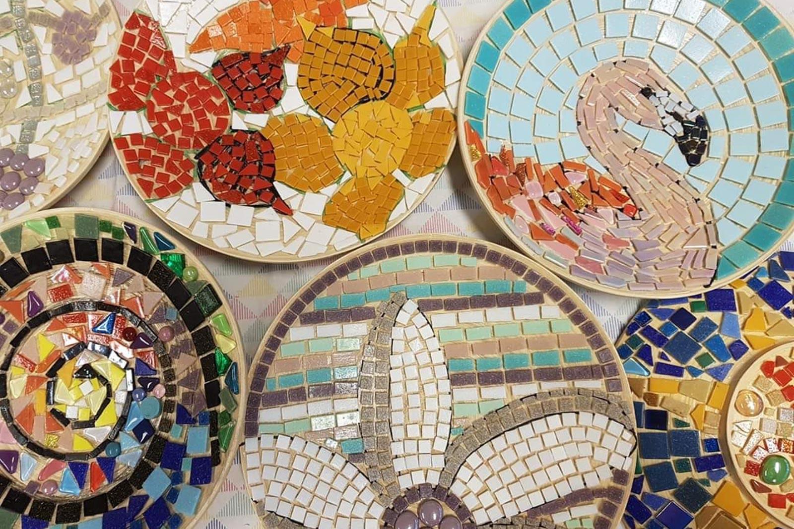 Kaarsplateaus met mozaiek