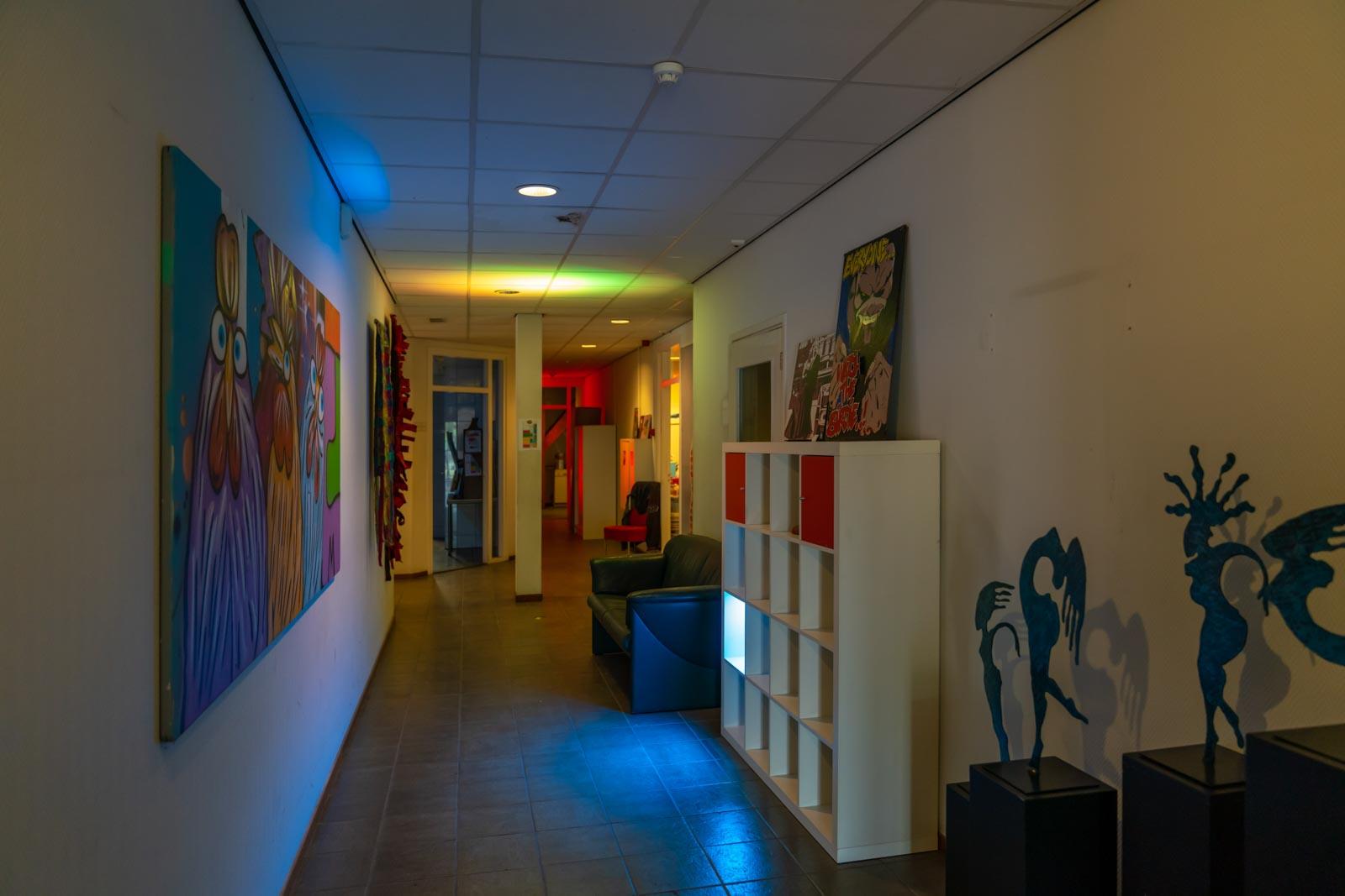 Open Atelier Dag gang met gekleurde lampen