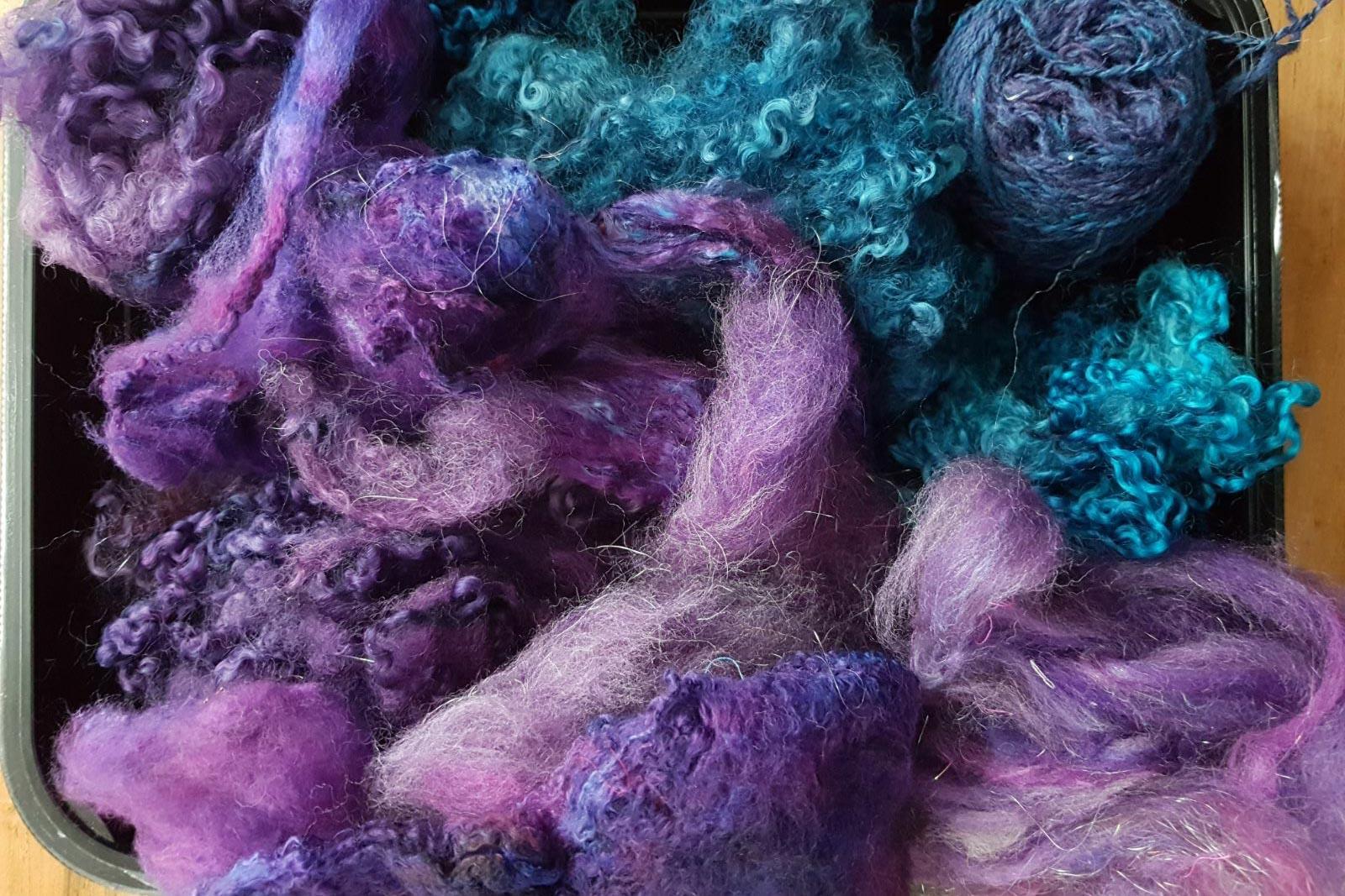 Paarse wol in het Textiellab